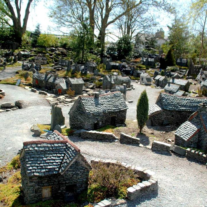 32417 Lakeland Miniature Village Grange Over Sands 02